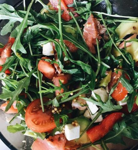 Салат с красной с/с рыбкой, рукколой и авокадо