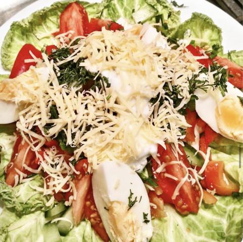 Салат из курочки и овощей а-ля цезарь