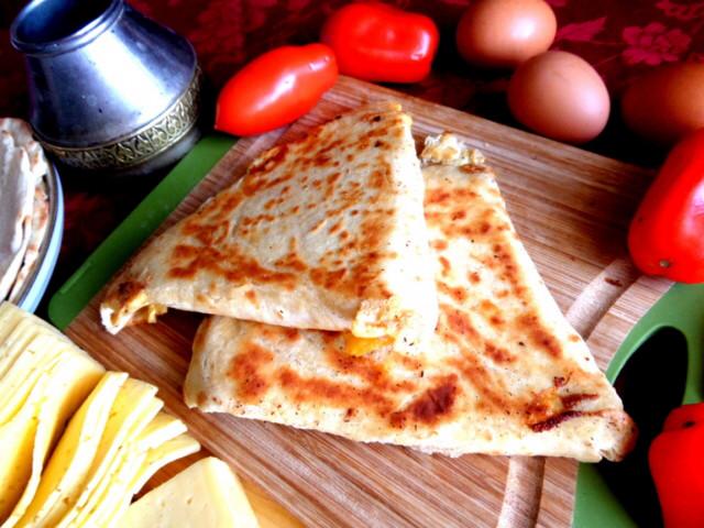 Ека (лепешка с яйцом и сыром)