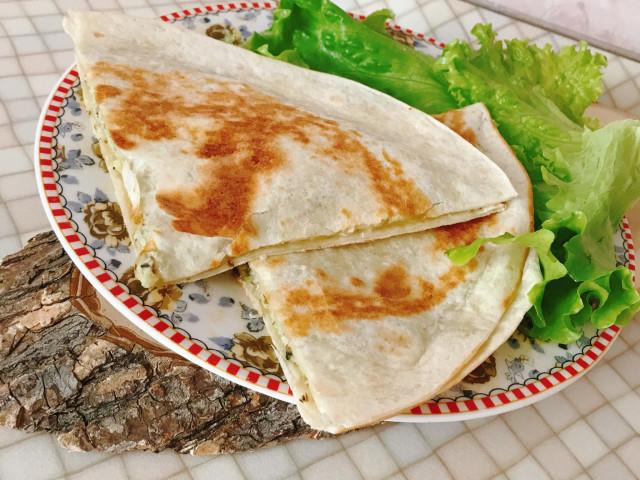 Тортилья с пастой из авокадо и орехов с сыром