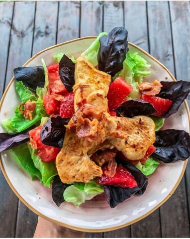 Салат с курицей и беконом