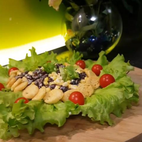 Салат с фасолью,кукурузой и сухариками