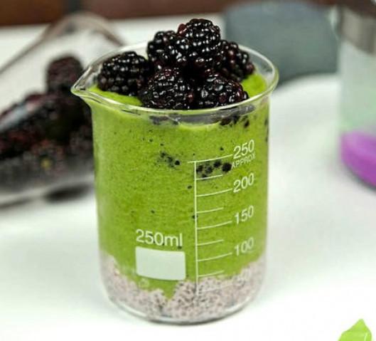 Зеленый смузи с пудингом из семян чиа