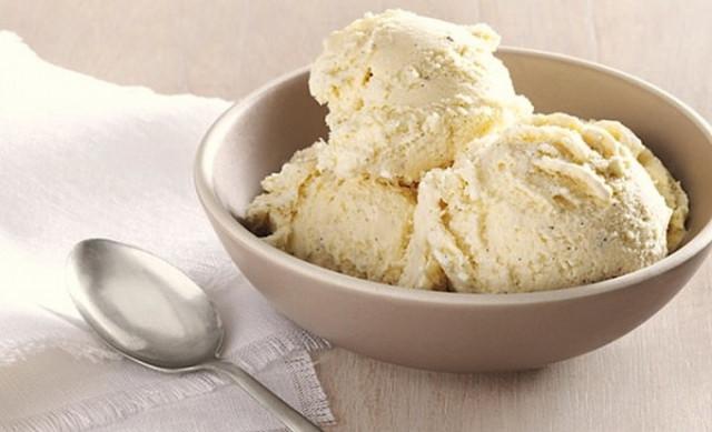 Молочное ванильное мороженое