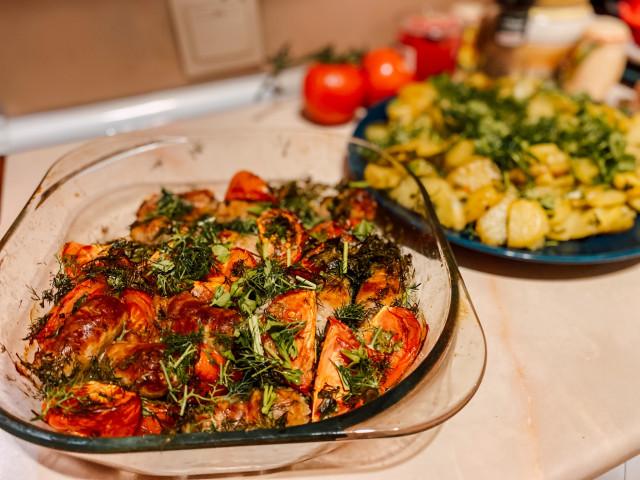 Колбаски запечённые в духовке с картошкой и помидорами