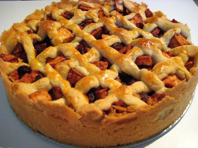 Пирог из песочного теста с яблоками