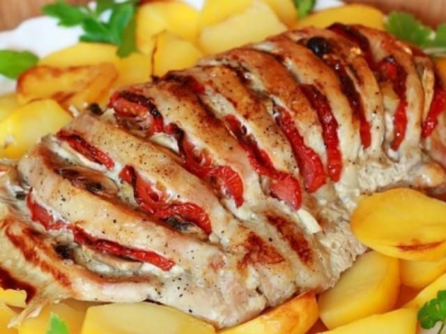 Запеченная свинина с помидорами и сыром