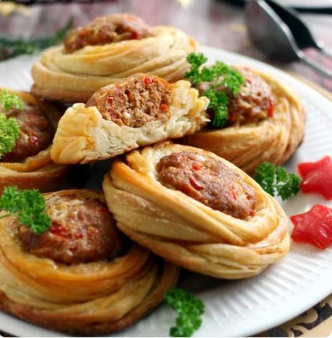 Открытые слоеные пирожки с мясом