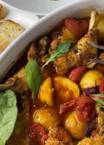 Куриные ножки с беби картофелем в томатном соусе