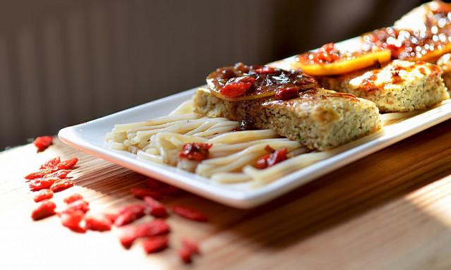 Кебаб из хека в гранатовом соусе с ягодами годжи