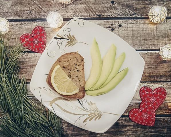 Тунец с лимоном и авокадо