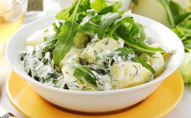 Салат из шпината с зеленью, яйцом и картофелем