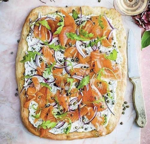 Пицца с форелью холодного копчения🌿🧀🐟