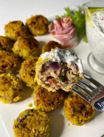 Фрикадельки из индейки и запеченного картофеля с соусом