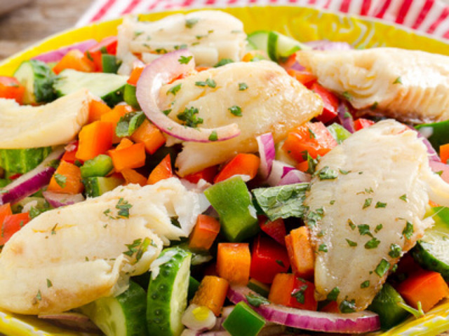 Салат с белой рыбой и овощами