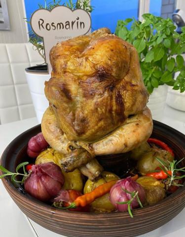 Курица фаршированная ароматным маслом с запечёнными овощами