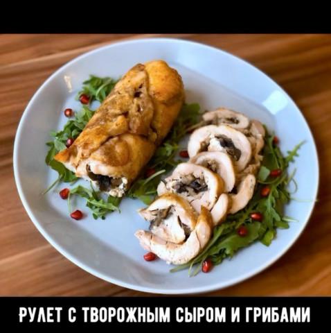 Куриный рулет с творожным сыром и грибами
