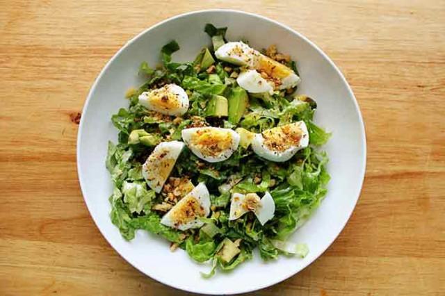 Салат из зеленого салата с овощами, зеленью и яйцами