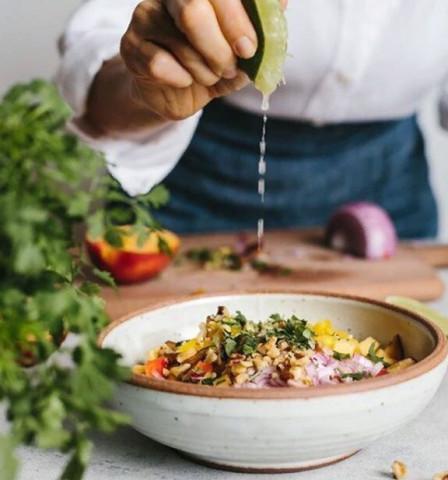 Овощной салат с рисом и сыром тофу ⠀