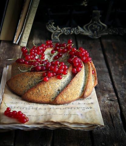 Кекс с маком и красной смородиной