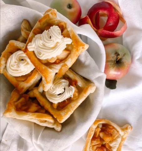 Быстрые слойки с яблоками