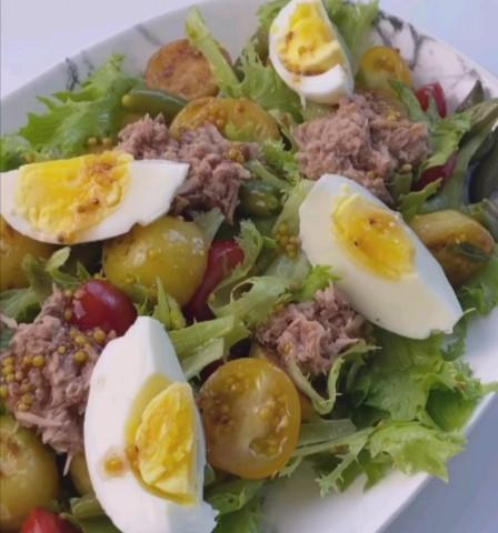 Салат с молодой картошечкой и тунцом