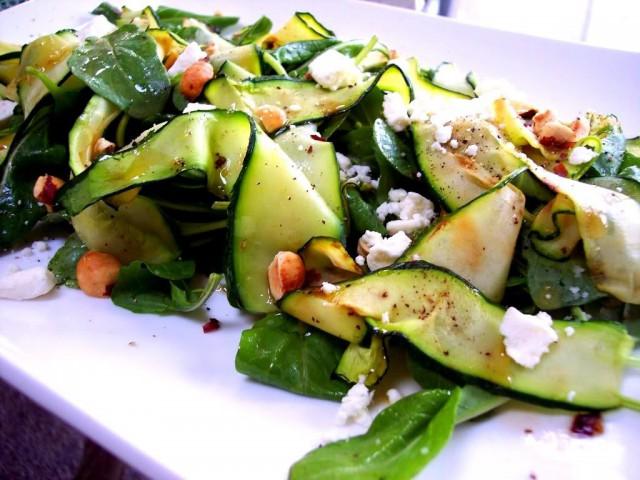 Салат из кабачков с зеленью и овощами