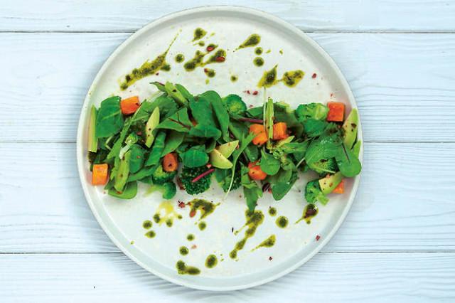Салат с брокколи, тыквой и авокадо