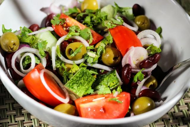 Сложный салат из фасоли с овощами