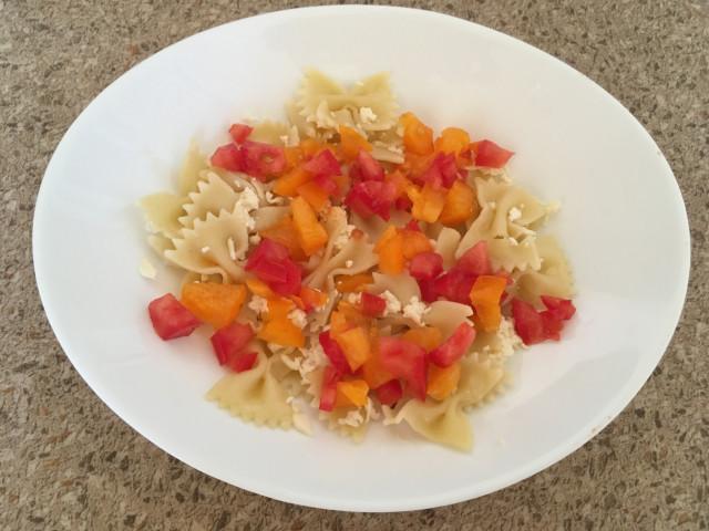 Макароны с брынзой и помидорами
