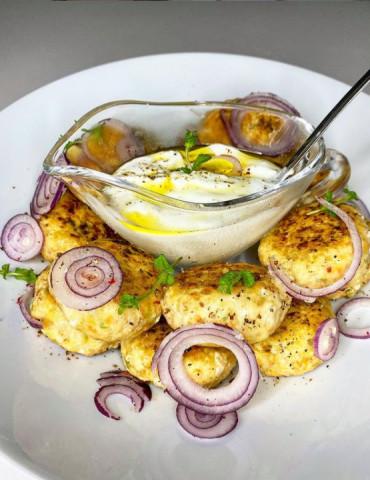 Куриные котлеты с молодой капустой и соусом из йогурта с чесноком