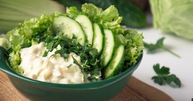 Салат из зеленого салата с яйцами и овощами