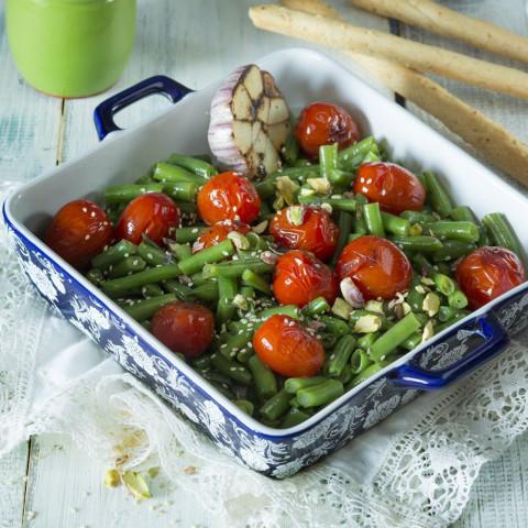 Фасоль зеленая с черри, чесноком и фисташками