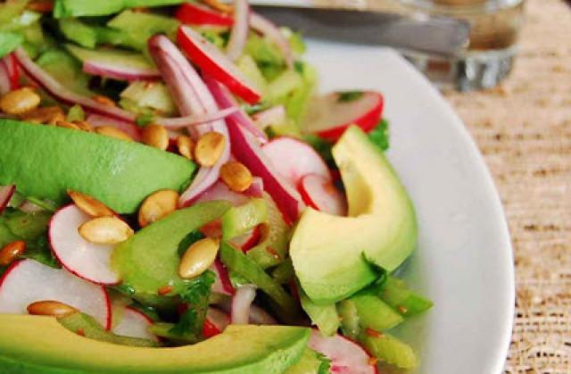 Салат с урбечем из авокадо и сельдерея