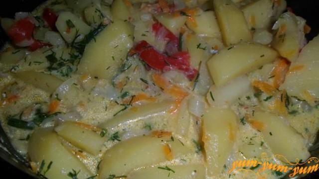 Картофель с овощами, тушенные в сметане