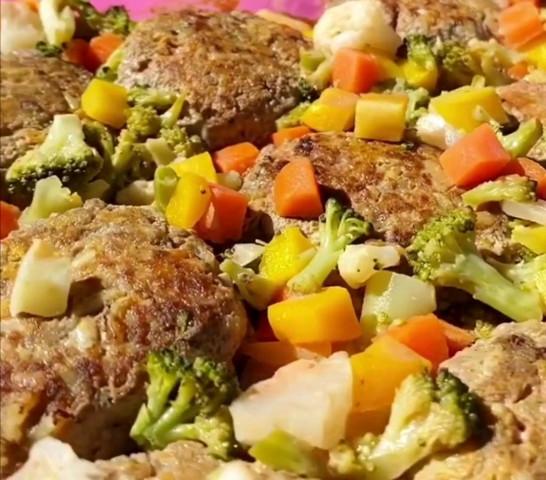 Тефтели с овощами в соусе