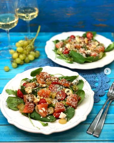 Салат с лососем, помидорами черри, виноградом и голубым сыром🥗