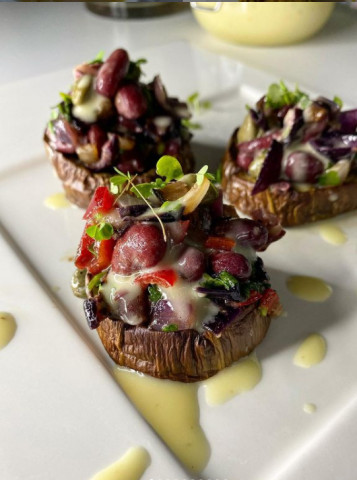 Баклажаны, фаршированные салатом из красной фасоли с майонезом на аквафабе