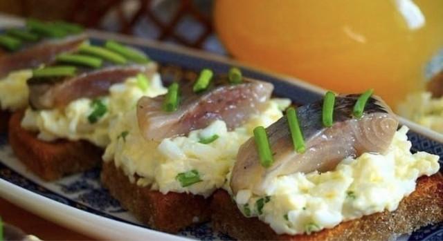 Гренки с яйцом и селёдoчкoй