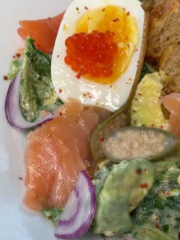 Салат с малосольной форелью, авокадо и хрустящими гренками