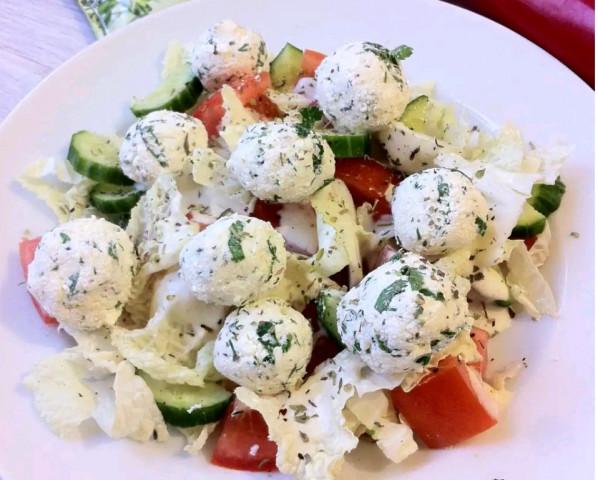 Салат с творожно-сырными шариками