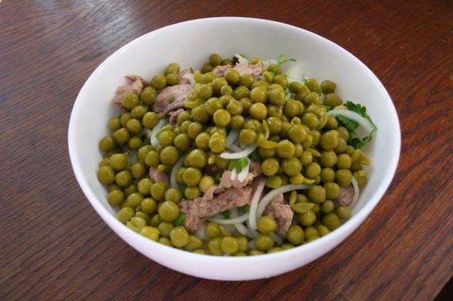 Салат из консервов и горошка