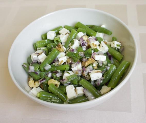 Салат из стручков фасоли с сыром и зеленью