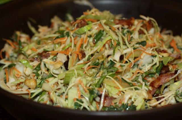 Салат из белокочанной капусты с овощами и орехами