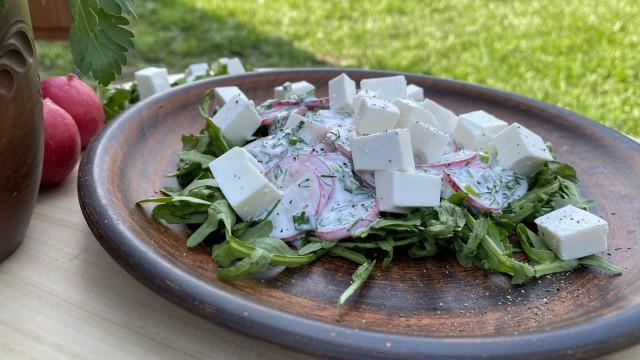 Салат из редиса, рукколы и брынзы. Освежает в жаркий день! Легкий и простой рецепт