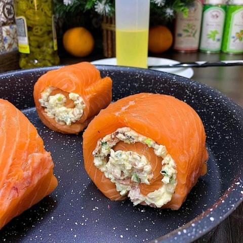 Рулетики из лосося со сливочным сыром и беконом
