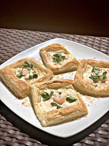 Тарталетки с творожным сыром и креветками