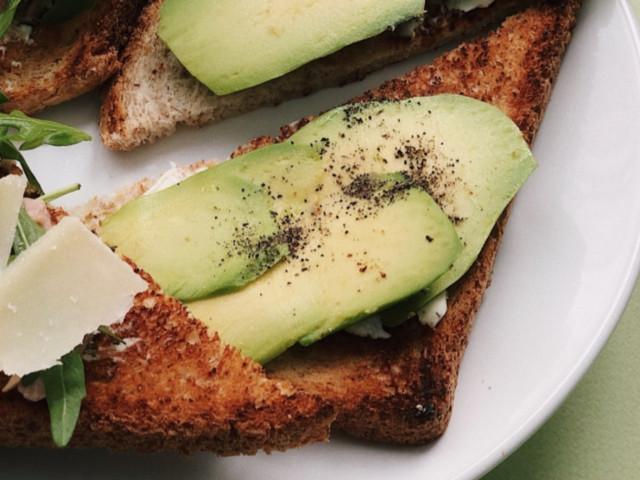 Тост с тунцом и тост с авокадо