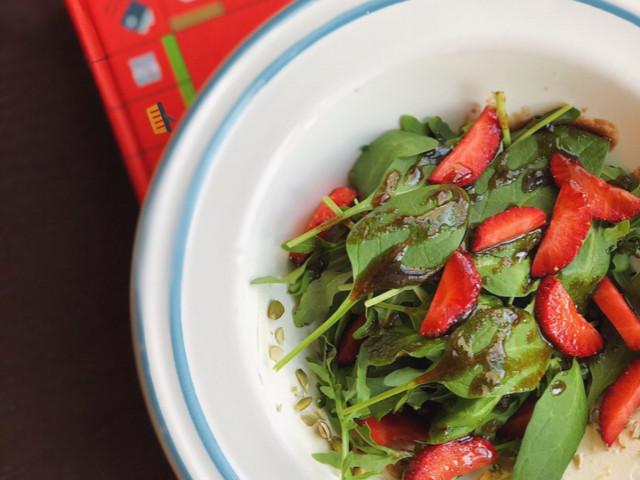 Легкий салат из шпината с клубникой