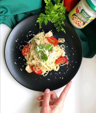Паста с курицей и помидорами в сливочном соусе